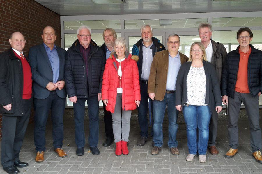 Das Foto zeigt die Kreistagsabgeordneten mit der Schulleitung Frau Saathoff (4.v.r.) und Uwe Brauns (5.v.r)